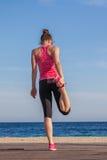 Allungamento sano adatto dell'atleta della donna Immagini Stock Libere da Diritti