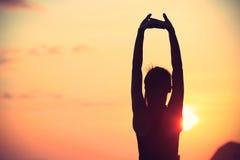 Allungamento sano della donna di yoga di forma fisica Immagini Stock