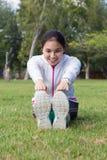 Allungamento sano della giovane donna Immagini Stock