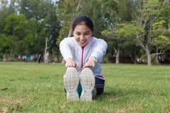 Allungamento sano della giovane donna Immagine Stock Libera da Diritti
