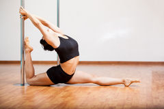 Allungamento sexy del ballerino del palo Fotografie Stock Libere da Diritti