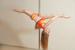 Allungamento sexy esile della donna di ballo della striscia Fotografia Stock Libera da Diritti