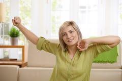 Allungamento sorridente della donna Immagine Stock Libera da Diritti
