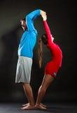 Allungamento sportivo della donna e dell'uomo delle coppie di misura felice Fotografia Stock