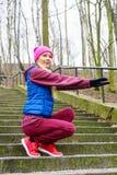 Allungamento sportivo della ragazza all'aperto in parco Fotografie Stock