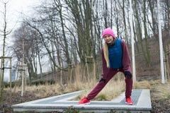 Allungamento sportivo della ragazza all'aperto in parco Immagine Stock Libera da Diritti