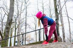 Allungamento sportivo della ragazza all'aperto in parco Fotografia Stock Libera da Diritti