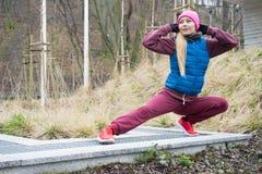 Allungamento sportivo della ragazza all'aperto in parco Fotografia Stock