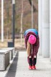 Allungamento sportivo della ragazza all'aperto sulla via della città Immagine Stock Libera da Diritti