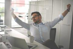 Allungamento stanco dell'uomo nell'ufficio Uomo di affari in ufficio Immagine Stock Libera da Diritti