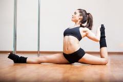 Allungamento sveglio del ballerino del palo Immagine Stock Libera da Diritti