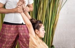 Allungamento tailandese originale del braccio di massaggio Immagini Stock Libere da Diritti