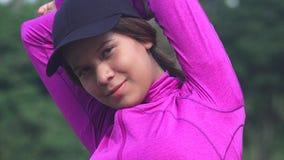 Allungamento teenager atletico della ragazza Fotografia Stock