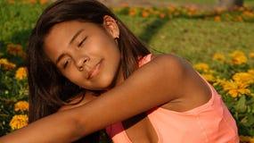 Allungamento teenager atletico della ragazza Fotografia Stock Libera da Diritti