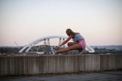 Allungamento urbano della ragazza di forma fisica Immagine Stock Libera da Diritti