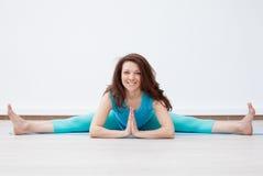 allungamento yoga Donna castana giovane che fa yoga Fotografia Stock