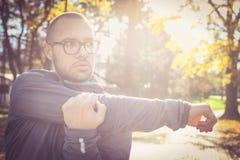 Allungando armi dopo l'esercizio Giovane uomo sportivo Immagini Stock Libere da Diritti