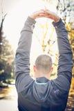 Allungando armi prima dell'esercizio Uomo dalla parte posteriore Fotografie Stock
