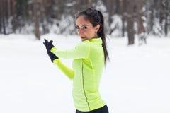 Allungando atleta che si scalda allenamento all'aperto Immagini Stock Libere da Diritti