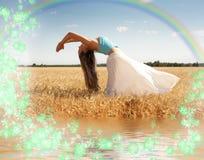 Allungando donna con il Rainbow, Immagine Stock