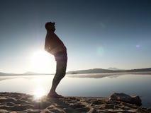 Allungando dopo avere pareggiato L'uomo di sport di medio evo fa l'allungamento la posa e del breatch profondo Fotografia Stock