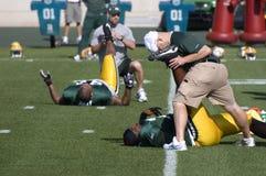 Allungando durante l'accampamento di addestramento del NFL Fotografie Stock Libere da Diritti