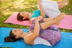 Allungando e facendo yoga Fotografia Stock