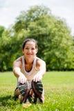 Allungando esercitazione - donna di sport esterna Immagini Stock