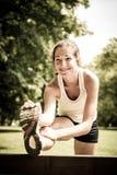 Allungando esercitazione - donna di sport esterna Fotografia Stock Libera da Diritti