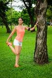 Allungando esercizio di gamba prima dell'correre Fotografie Stock Libere da Diritti