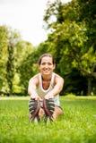 Allungando esercizio - donna di sport all'aperto Fotografie Stock Libere da Diritti