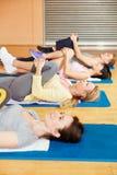 Allungando esercizio durante la classe dei pilates Immagine Stock