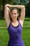 Allungando esercizio e riscaldamento prima degli sport Immagini Stock