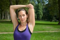 Allungando esercizio prima degli sport o del funzionamento Fotografie Stock Libere da Diritti