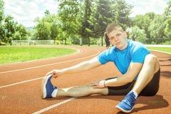 Allungando gli esercizi all'aperto Fotografie Stock Libere da Diritti