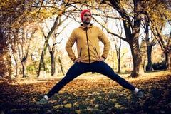 Allungando le gambe dopo l'esercizio Stagione di autunno Immagini Stock