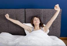 Allungando nel letto Immagine Stock Libera da Diritti