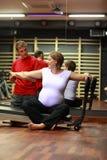 Allungando nella gravidanza con il terapista fisico Fotografia Stock