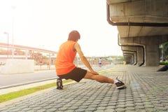 Allungando per correre Fotografia Stock Libera da Diritti
