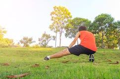 Allungando per correre Fotografie Stock Libere da Diritti