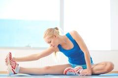 Allungando per i muscoli della gamba Immagini Stock