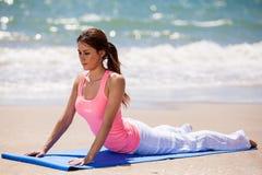 Allungando per la pratica di yoga Fotografia Stock