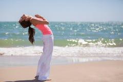 Allungando per la pratica di yoga Fotografia Stock Libera da Diritti