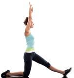 Allungando posizione di allenamento da una donna Immagini Stock
