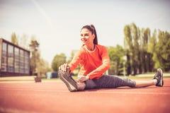 Allungando prima dell'esercizio è molto importante Giovane donna 15 Immagini Stock Libere da Diritti