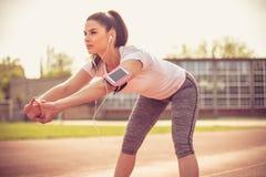 Allungando prima dell'esercizio Giovane donna 15 Fotografie Stock