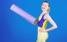 Allungando quei muscoli prima dell'allenamento Dieta di salute Successo Attrezzatura della stuoia di sport Forma fisica atletica  fotografia stock