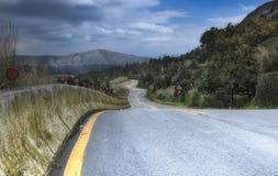 Allunghi per curvare la strada nella montagna della foresta Fotografia Stock