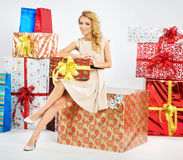 Alluring woman holding the Christmas box Royalty Free Stock Photos
