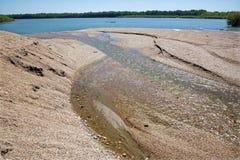 Alluvione di ghiaia sul fiume di Danuber Immagini Stock
